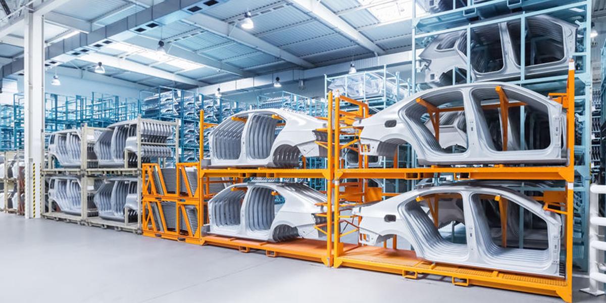 Pièces de carrosseries de voiture entreposées dans usine