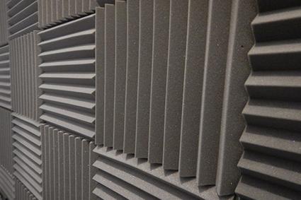 Collage de panneaux de mousse mélamine pour isolation acoustique
