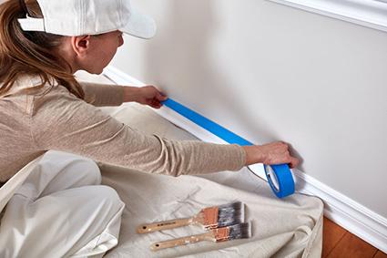 Dépose de rubans de masquage avant mise en peinture de murs