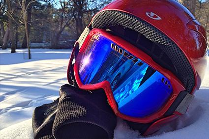 Découpe à façon de mousse adhésive de protection sur masque de ski