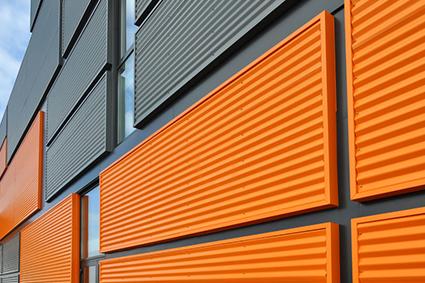 Collage de panneaux sandwich en habillage de bâtiment