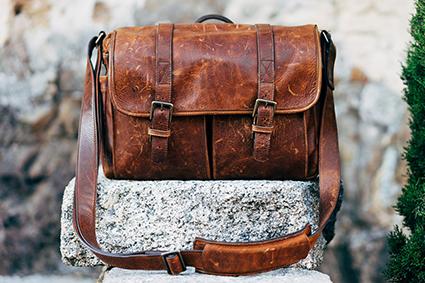 Assemblage de cuir avec textile sur sac et maroquinnerie